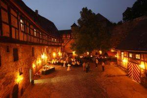 Lichtenberg_nachts_Innenhof_Lichtenberg_Tafel_(c) Burg Lichtenberg